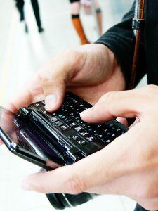 oggi sempre più gente utilizza un cellulare per navigare su Internet